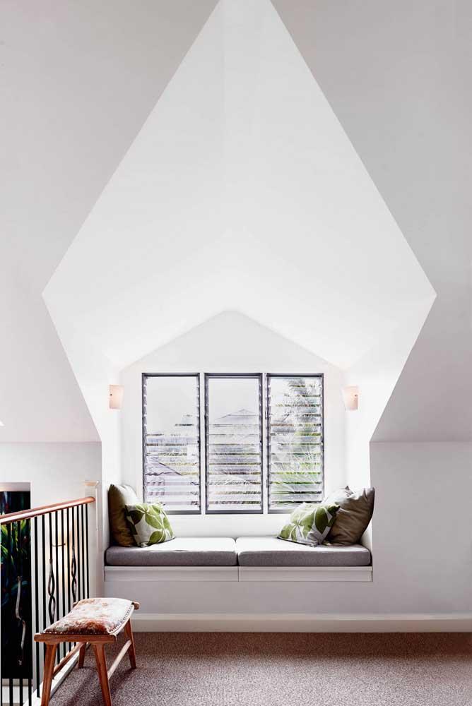 Esquadria de ferro com folhas de vidro instaladas como se fossem uma persiana