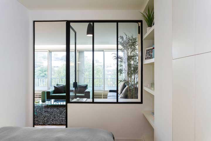 Já aqui, a esquadria de ferro segue um design clean e minimalista