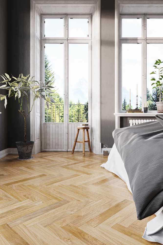 Esquadrias de madeira seguindo a altura do pé direito da casa