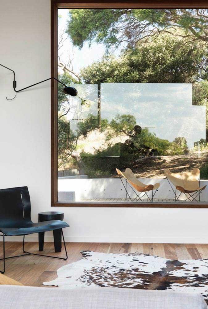 Esquadria de madeira para cobrir o amplo vão da sala