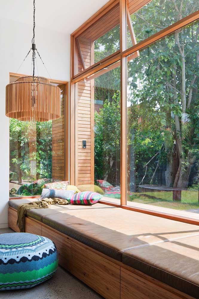 Um cantinho relaxante com acabamento de esquadrias de madeira
