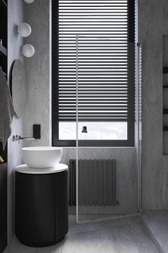 Nesse banheiro, a esquadria de alumínio preto cumpre sua função prática, mas também completa o projeto estético