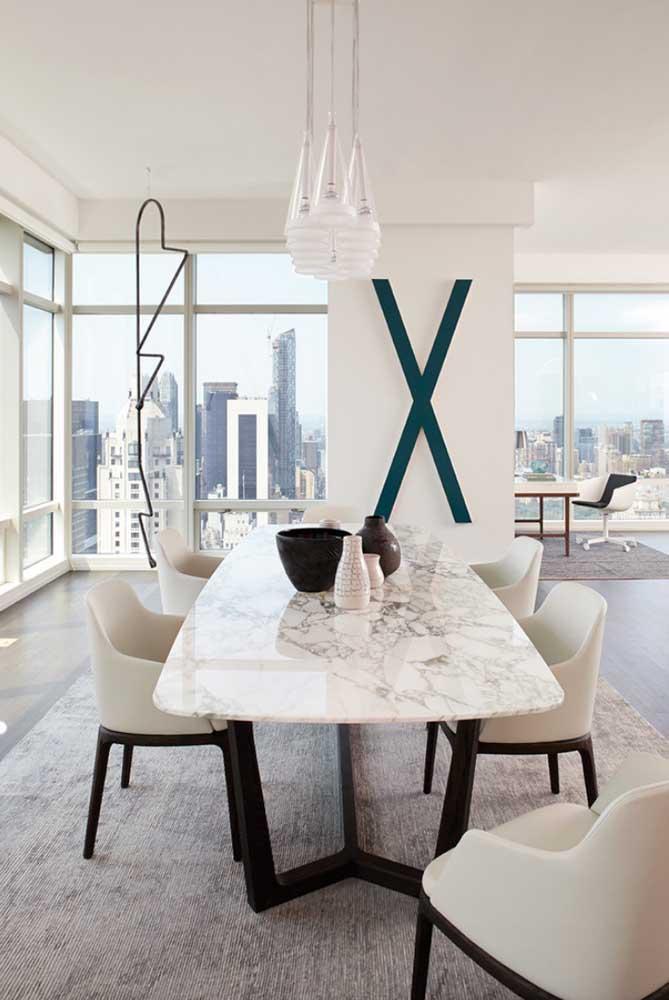 Aqui, as esquadrias de alumínio branco percorrem todo o apartamento revelando a paisagem externa e integrando-a com os ambientes internos