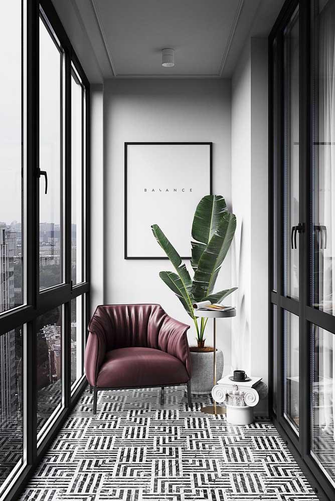 Moderna, essa pequena varanda de apartamento apostou no uso de esquadrias de vidro para o fechamento