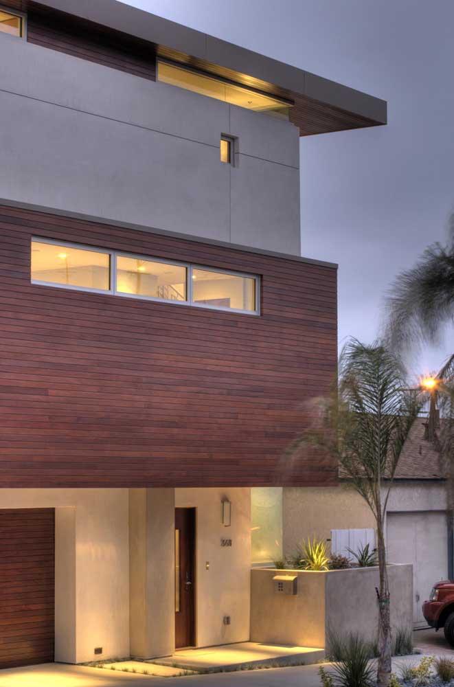 Esquadrias de alumínio em contraste com a madeira da fachada