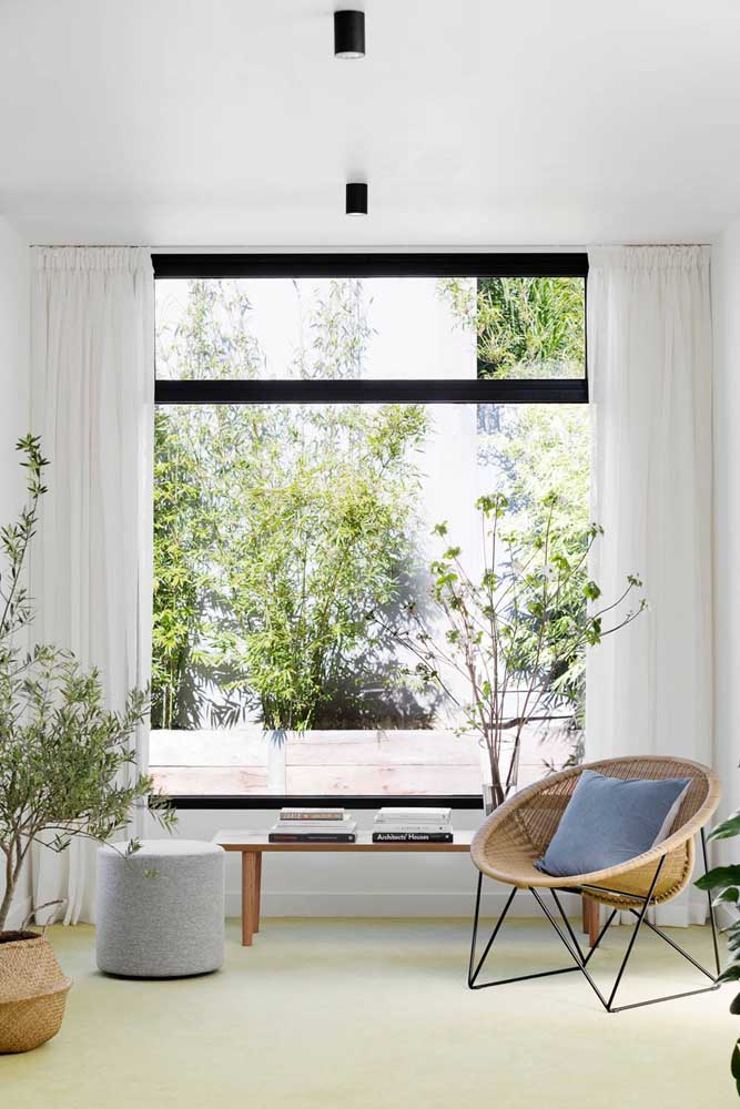 Nessa sala, a esquadria de alumínio preto valoriza a estética moderna
