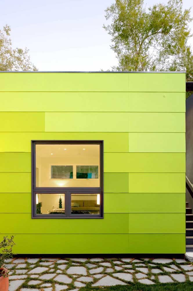 A fachada alegre e vibrante contou com a esquadria de alumínio preta para janela