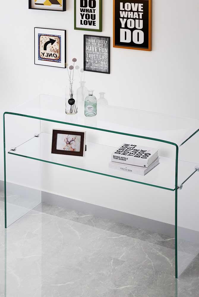 Aparador de vidro clean, discreto e elegante para combinar com qualquer decoração e com qualquer espaço aí da sua casa