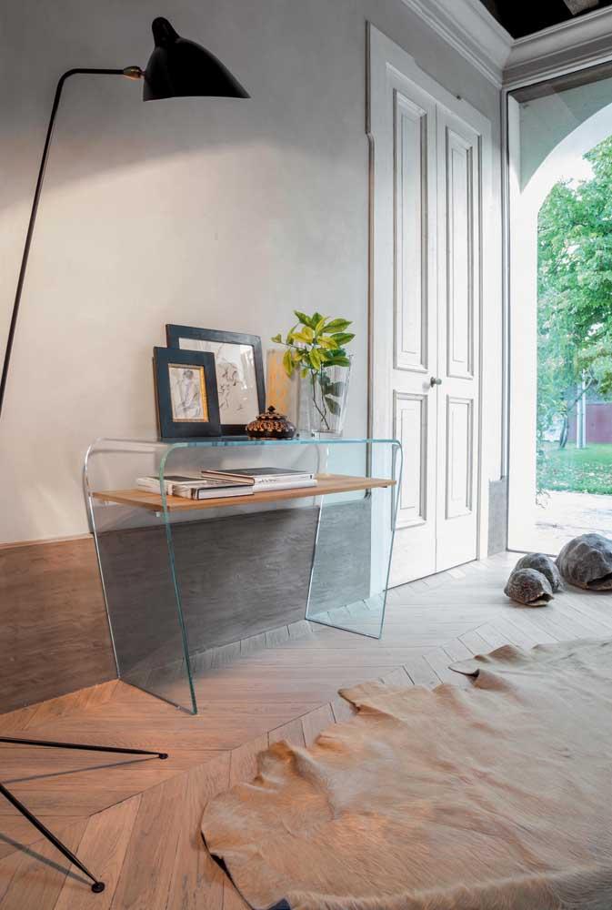 Aparador de vidro para o hall de entrada. Complete a decoração com quadros e vasos