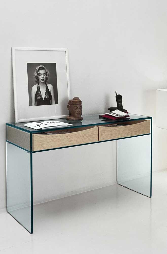 Aparador de vidro com gavetas de madeira: decorativo e funcional