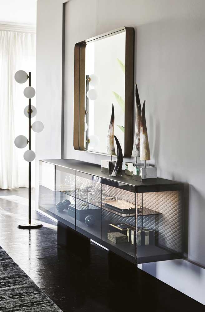 Aparador de vidro suspenso com portas. Modelo ideal para quem deseja expor coleções ou objetos de grande valor pessoal