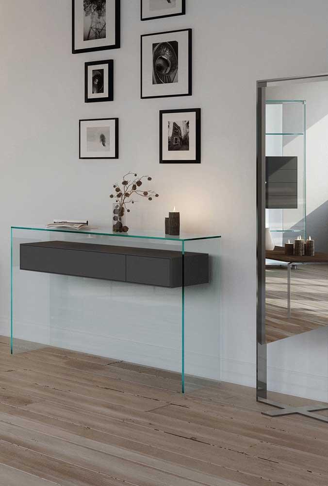 Aparador de vidros com gavetas de madeira. Para completar o espaço, quadros na parede