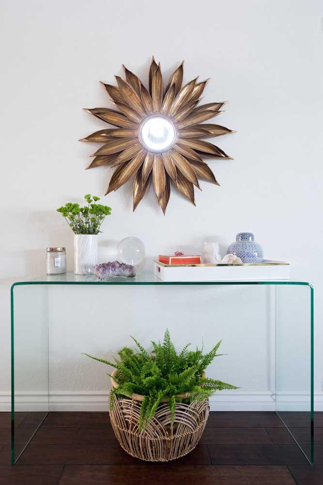 Pedras e plantas decoram esse discreto aparador de vidro