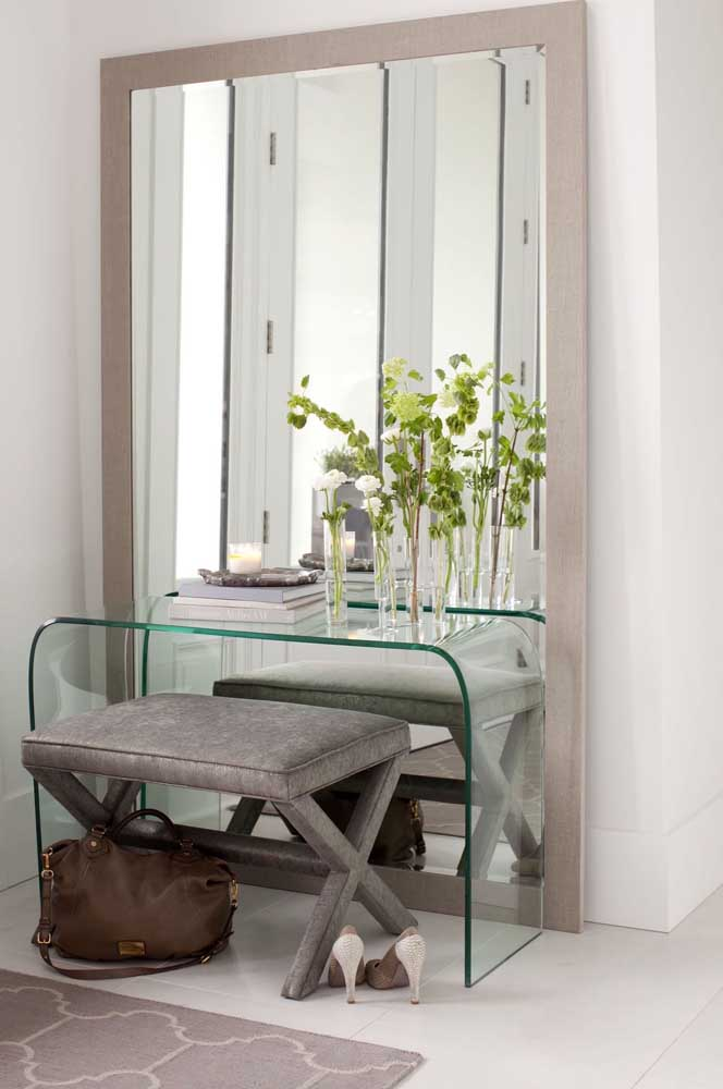 Aparador de vidro para o quarto. Use-o como penteadeira ou bancada de estudo