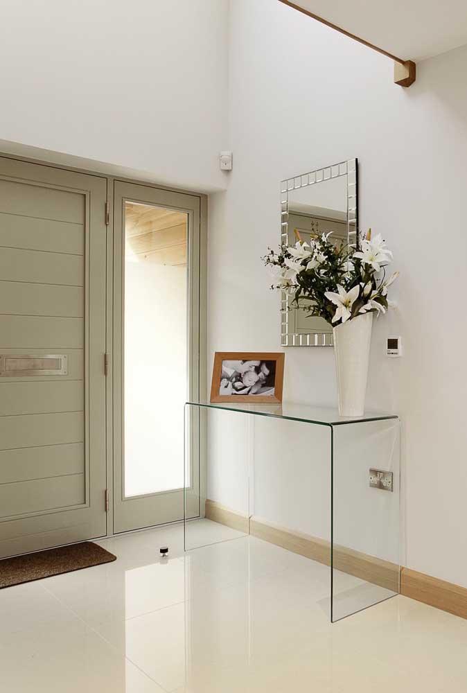 Hall de entrada clean e elegante com o aparador de vidro