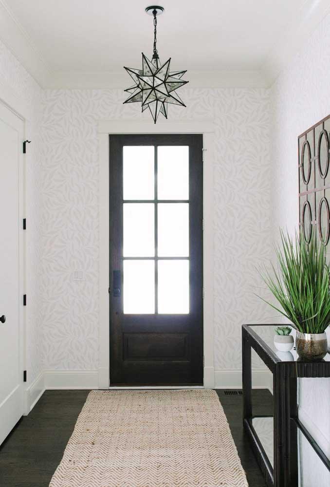 Aparador de vidro para o hall de entrada seguindo o mesmo design dos demais elementos do ambiente
