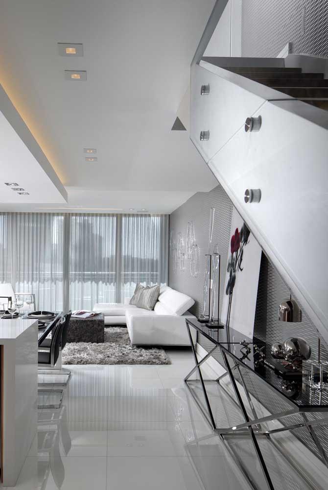 Super moderno e elegante, esse aparador de vidro fumê faz toda diferença na decor da sala de estar