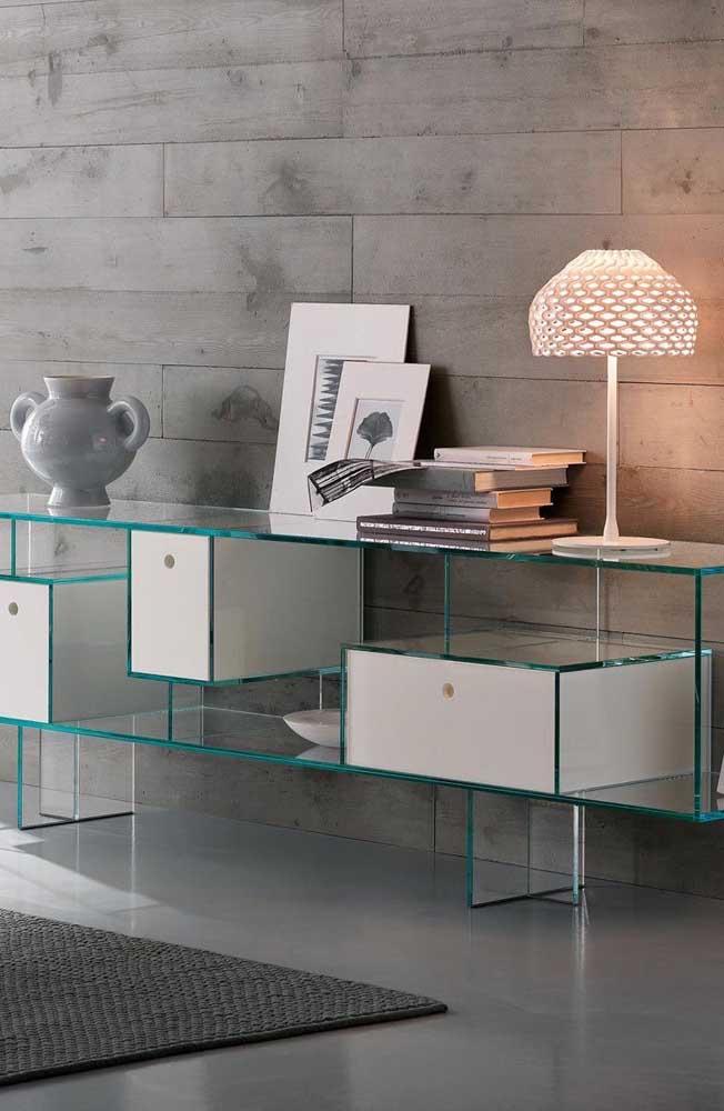 O design diferenciado e o uso de gavetas tornam esse aparador de vidro um modelo pra lá de original
