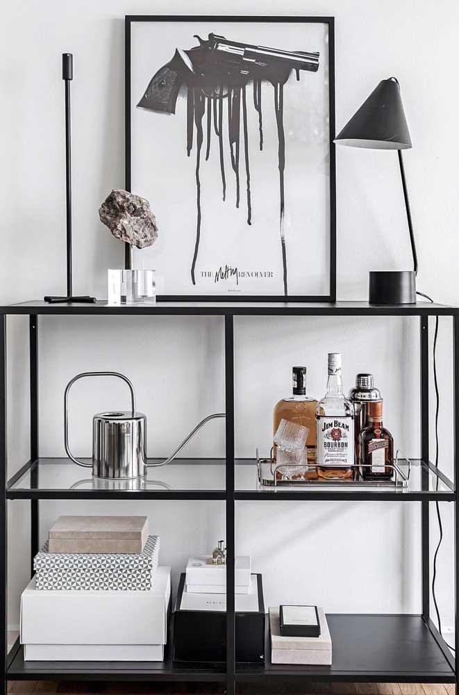 Aparador de vidro pequeno, mas que ainda assim acomodou com perfeição o mini bar e todos os objetos decorativos