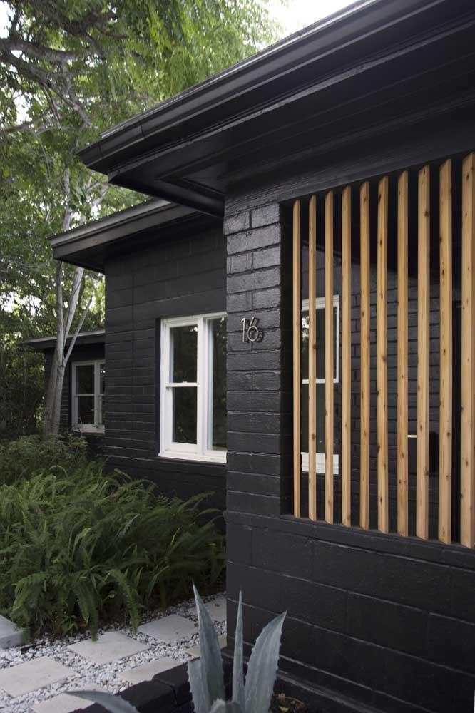 Mas bem que uma fachada de casa toda preta não vai nada mal!