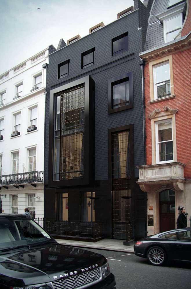 Quer uma fachada elegante, sofisticada e moderna? Então pinte-a de preto, sem medo de ser feliz!