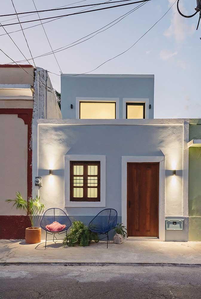 Uma casinha pequena e aconchegante pintada em tom de azul claro