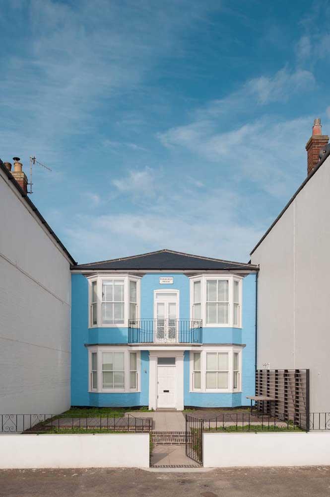 Aqui, a casa clássica ganhou uma pintura azul celeste
