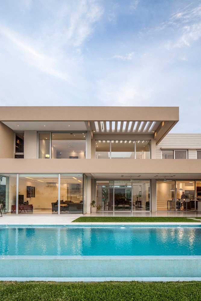 A casa ampla e moderna foi pintada em dois tons diferentes de marrom