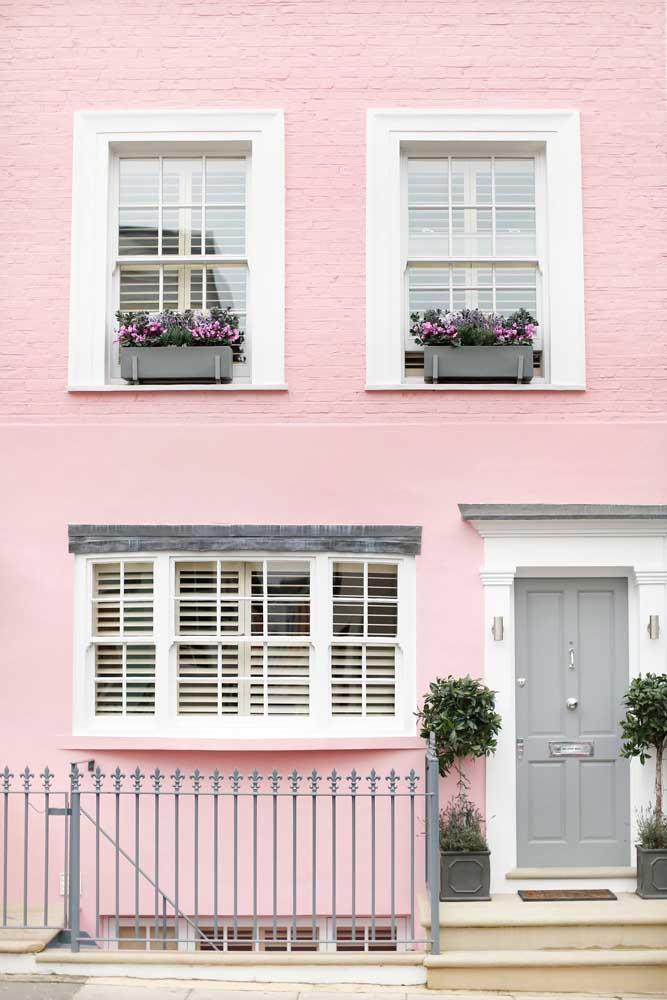 O romantismo de uma casa antiga pintada de cor de rosa