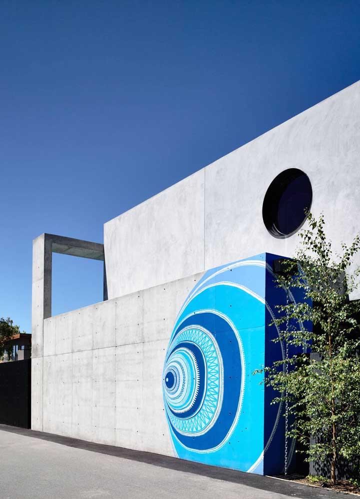 Aqui, a casa moderna com muros de concreto ganhou uma pintura 3D para se diferenciar