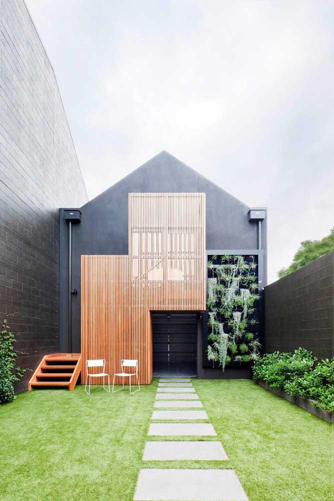 Uma casa preta com detalhes em madeira