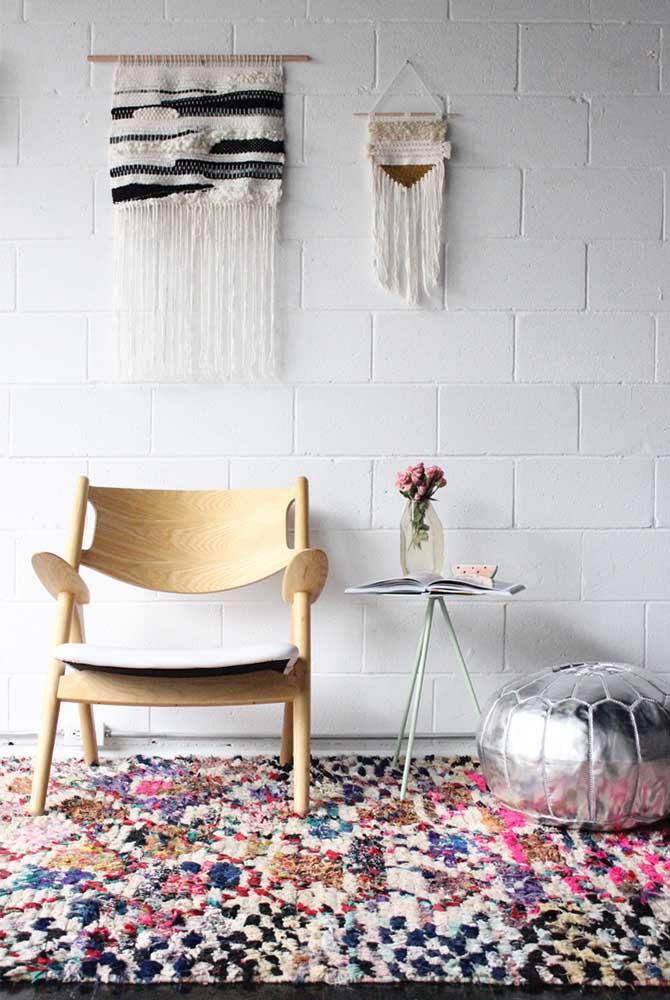 A sala em estilo boho combinou perfeitamente com o tapete de frufru colorido