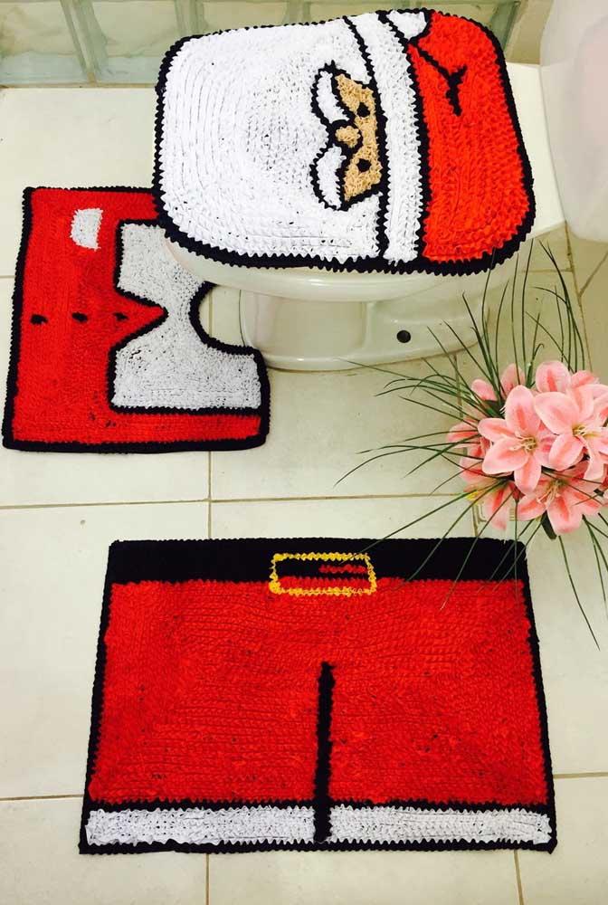 Aqui, o tapete de frufru para o banheiro já está no clima de natal