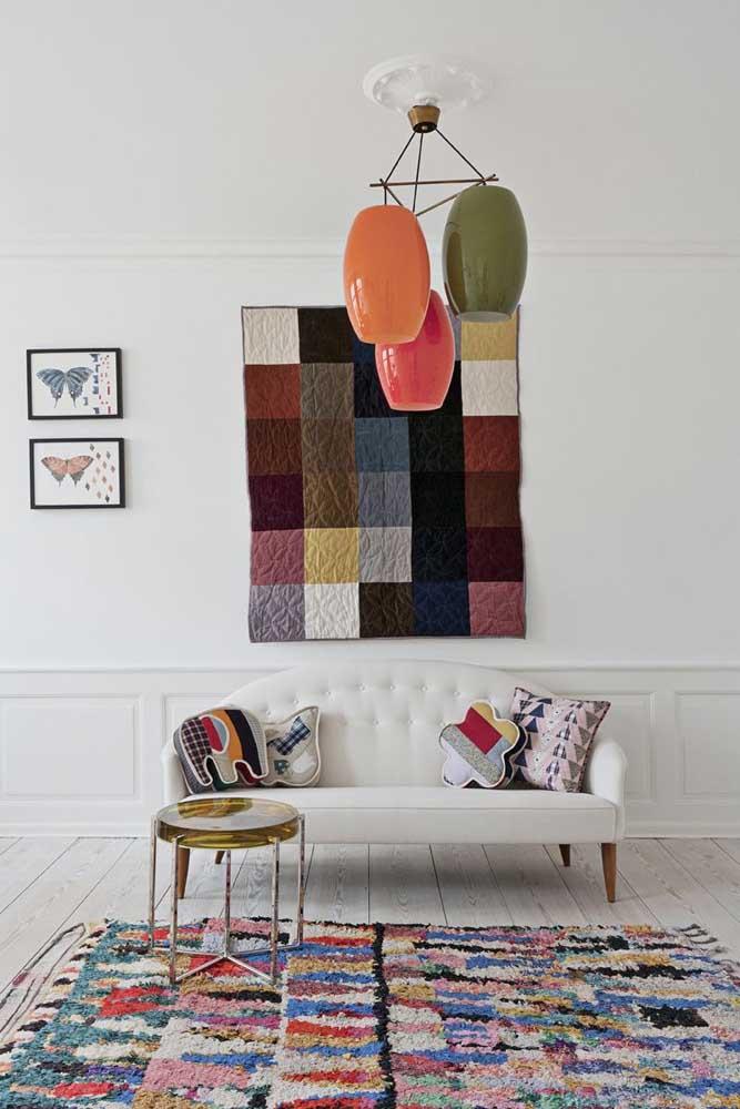 Tapete de frufru grande para a sala. Repare que a decoração se completa com outros elementos simples, como o patchwork na parede e nas almofadas