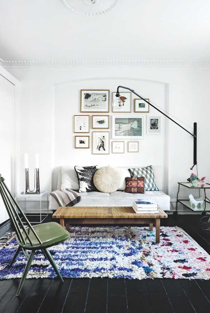 Quem disse que tapete de frufru não cabe em decorações contemporâneas?