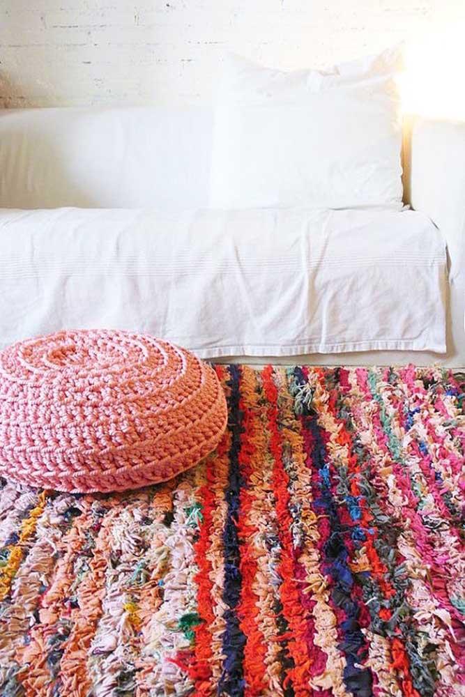 Combinação charmosa e aconchegante: tapete de frufru com puff de crochê