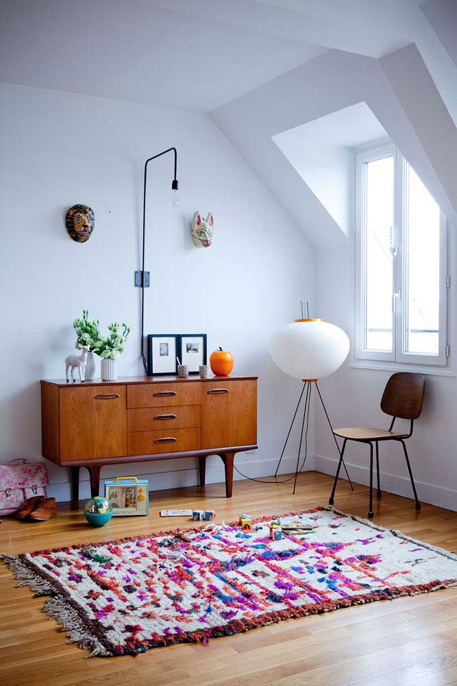 A decoração de estilo retrô casou super bem com o tapete colorido de frufru