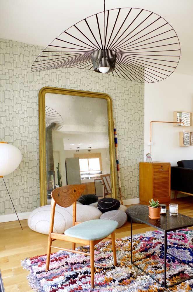 A sala de estar fica mais alegre e convidativa com o tapete de frufru