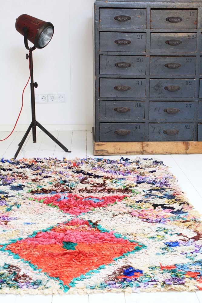 A maior vantagem de fazer o tapete de frufru por conta própria é poder escolher as cores e os desenhos da peça