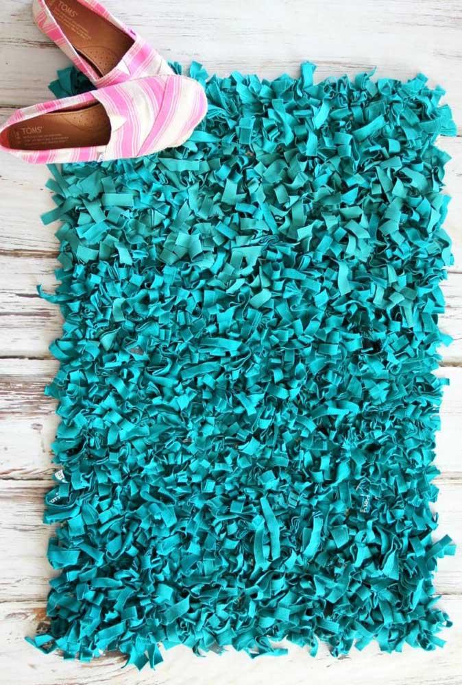 Que tal um belo tapete de frufru verde esmeralda para abrilhantar a sua porta de entrada?