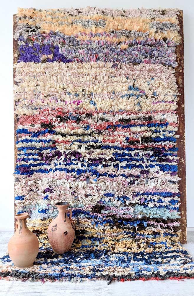 Olha essa ideia: aqui, o tapete de frufru se estende até a parede, formando um quadro diferente e arrojado