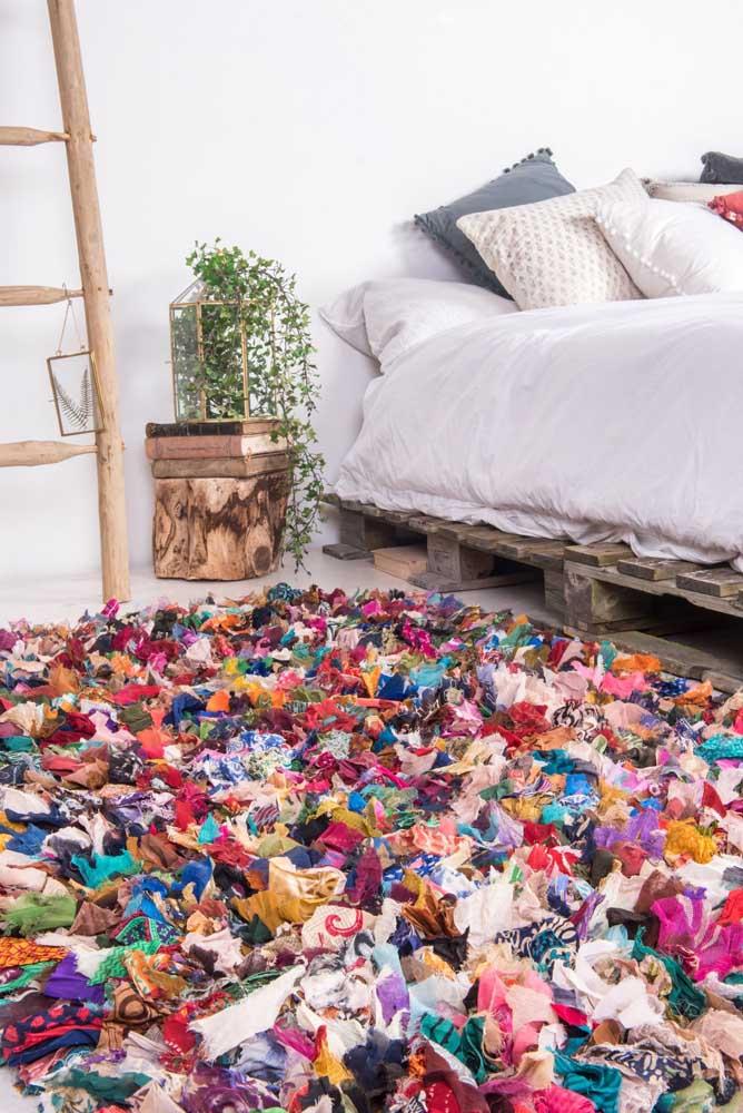 O quarto clean ganhou vida e alegria com o tapete colorido de frufru