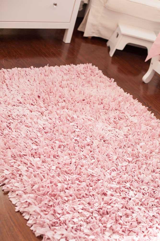 Já aqui, o tom delicado do tapete de frufru cor de rosa serviu para decorar o quartinho do bebê