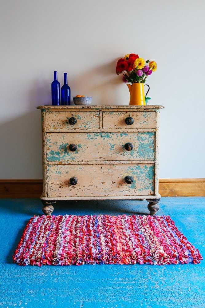 Combine as cores do tapete de frufru com o restante da decoração do ambiente