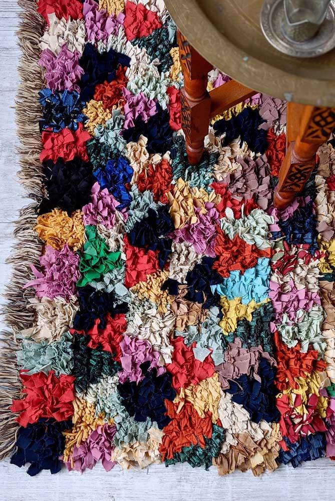 Aqui, as tirinhas de tecido formam pequenos triângulos coloridos