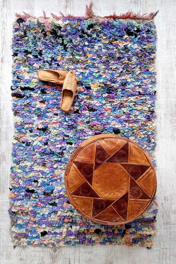 Uma combinação que merece ser destacada: puff de couro com tapete de frufru