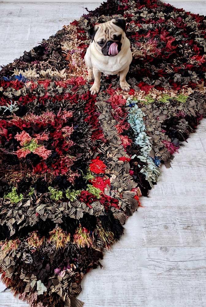 Já nesse outro modelo de tapete de frufru são as cores escuras e fechadas que se destacam