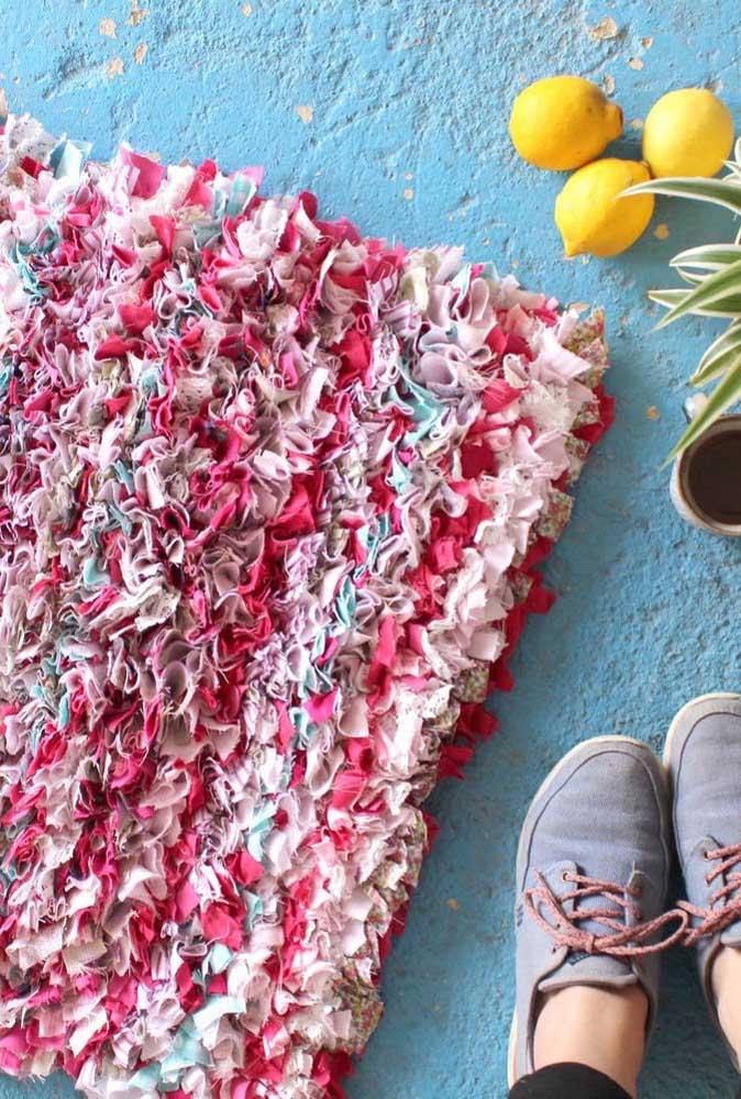 Tapete de frufru feito com retalhos coloridos e estampados