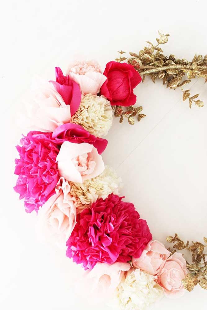Guirlanda com flores de papel de seda. A combinação de cores é o grande diferencial de um enfeite como esse