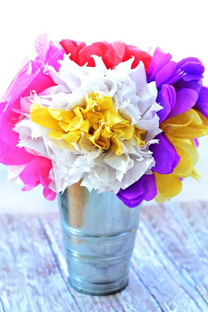 Aqui é o arranjo despretensioso com flores de papel de seda que rouba a atenção